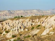 Vulkaniska klippor och vaggar bildande på Cappadocia Arkivbild