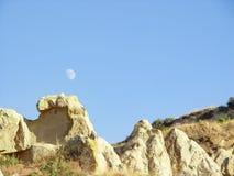 Vulkaniska klippor och vaggar bildande på Cappadocia Royaltyfria Foton