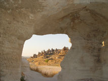 Vulkaniska klippor och vaggar bildande på Cappadocia Arkivbilder