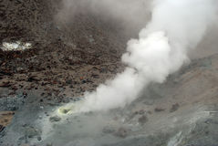 Vulkaniska lufthål med rök, svavel och askaen royaltyfria bilder