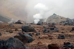 Vulkaniska lufthål med rök, svavel och askaen royaltyfri bild