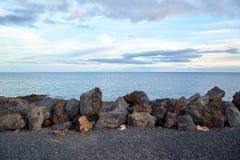 Vulkaniska stenar och hav Arkivbilder