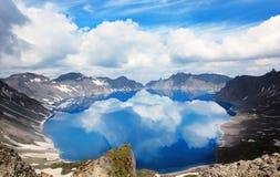 Vulkaniska steniga berg och sjö Tianchi, Changbaishan, Kina Royaltyfri Bild