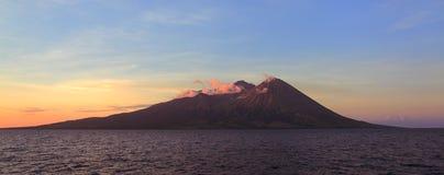 Vulkaniskt berg i Sumbawa Indonesien royaltyfri foto