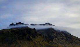 Vulkaniskt berg med ett moln i ISLAND Arkivfoton