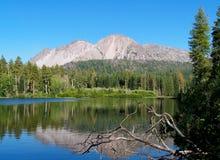 Vulkaniskt berg och sjö Arkivfoto