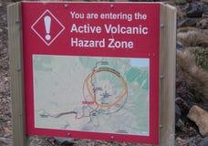 Vulkaniskt faratecken på den Tongariro korsningen Royaltyfri Foto