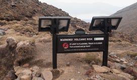 Vulkaniskt faratecken på den Tongariro korsningen Arkivbild