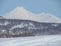 Vulkaniskt landskap för härlig vinter av den Kamchatka halvön: sikt av den aktiva Klyuchevskoy för utbrott vulkan på soluppgång E arkivfoto