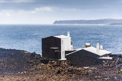Vulkaniskt landskap Lanzarote och havet Fotografering för Bildbyråer