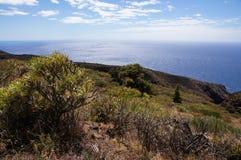 Vulkaniskt landskap, med klippor och det blåa havet royaltyfri bild