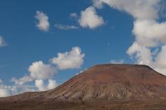 Vulkaniskt landskap och moln fotografering för bildbyråer