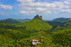 Vulkaniskt och fertilt landskap för Kap Verde, lantliga hus, Santiago Island royaltyfri foto