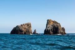 Vulkaniskt vagga bildande och havsgrottan på den östliga Anacapa ön royaltyfria foton