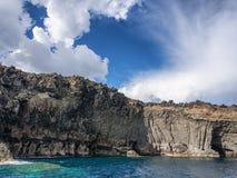 Vulkaniskt vagga och havet Pantelleria Sicilien, Italien royaltyfria foton