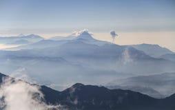 Vulkankedja av Guatemala från toppmötet av den Tajumulco vulkan, San Marcos, Guatemala Arkivfoton