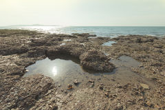 Vulklei bij kustlijn royalty-vrije stock afbeeldingen