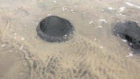 Vulklei in het strand stock footage