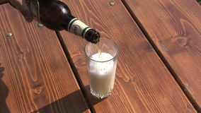 Vullen glas met Bulgaars bier stock footage