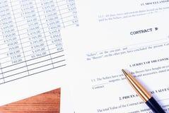 Vullend bedrijfscontract in termen van details van de partijen stock foto's