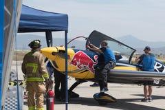 Vullend vliegtuig met brandstof stock fotografie