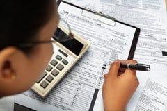 Vullende 1040 belastingsvorm Stock Foto
