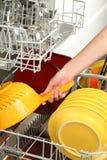 Vullende afwasmachine stock afbeelding