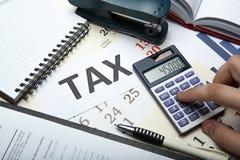 Vullende belastingaangifte op Desktop stock foto's
