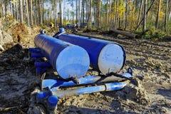 Vullende tanktechnologie in Siberische taiga royalty-vrije stock afbeelding