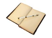 Vulpen die op oude open boekpagina liggen Royalty-vrije Stock Afbeelding