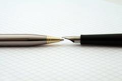 Vulpen en Biro op wiskundedocument Stock Foto's