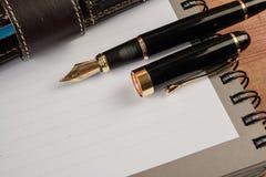 Vulpen en notitieboekje op lijst Royalty-vrije Stock Fotografie