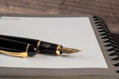 Vulpen en notitieboekje op lijst Royalty-vrije Stock Foto's