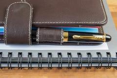 Vulpen en notitieboekje op lijst Stock Afbeeldingen
