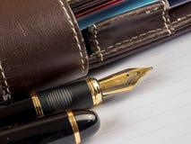 Vulpen en notitieboekje op lijst Stock Afbeelding