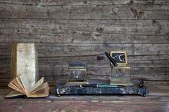 Vulpen en oude boeken op Doorstane Houten royalty-vrije stock afbeeldingen