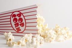 Vulten omkull ask av popcorn Arkivbild