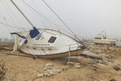 Vulten segelbåt i vak av orkanen Ivan Arkivbild