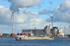 Vultrechteraak bijgestaan door een sleepboot in Haven van Antwerpen, België stock fotografie