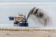 Vultrechters die zand leveren aan de Nederlandse kust Royalty-vrije Stock Afbeeldingen