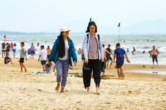 Vung Tau, Вьетнам - 26-ое января 2018: Въетнамские девушки идя вдоль пляжа в Vung Tau Стоковое Фото