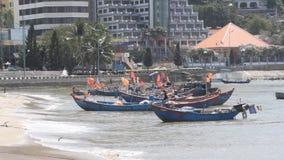 Vung Tau, Вьетнам - 27-ое января 2018: Рыбацкие лодки на пляже Vung Tau видеоматериал