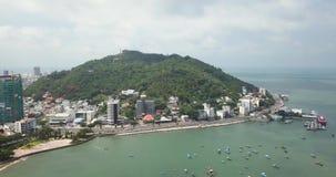 Vung Tau Vietam, Asien, South East Asia, längd i fot räknat för surr 4k med härliga sikter: fiskebåtar semesterorter, berg, port arkivfilmer