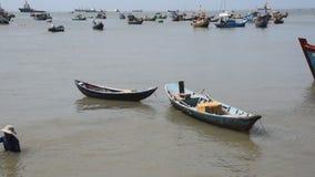 Vung Tau, Vietnam - 27 de enero de 2018: Barcos de pesca en la playa de Vung Tau almacen de video