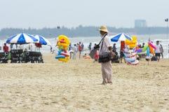 Vung Tau, Vietnam - 28 de enero de 2018: El fotógrafo de la playa está esperando a clientes en la playa foto de archivo libre de regalías