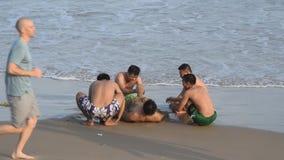 Vung Tau, Vietnam - 30 de enero de 2018: La gente joven local se divierte en la playa metrajes