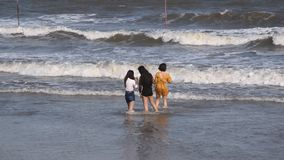 Vung Tau, Vietnam - 26 de enero de 2018: Las muchachas vietnamitas toman imágenes de ellos mismos en el mar metrajes