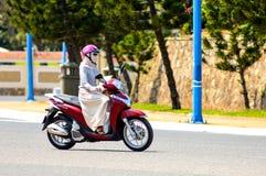 Vung Tau, Vietnam - 26. Januar 2018: Das Mädchen reitet ein Motorrad, um zu arbeiten lizenzfreie stockfotografie