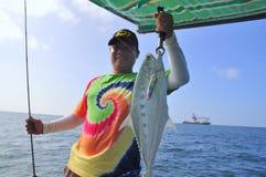 Vung Tau Vietnam - Oktober 11, 2015: En man fiskar queenfish Arkivfoton