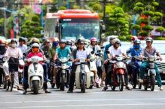Vung Tau Wietnam, Styczeń, - 29, 2018: Ludzie na motocyklu stojaku przy rozdroża i czekać na zielone światło światła ruchu obrazy royalty free